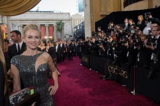 Naomi Watts, que também concorreu ao Oscar este ano, optou por um vestido prateado da grife Armani Prive.  Foto:: Greg Harbaugh