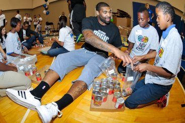 Kyle O'Quinn with Hungerford Elem youth at UHC Second Harvest Event_FMA0512x