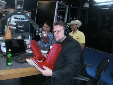 "RICARDO SANCHEZ ""EL MANDRIL"" GIVES A VERY TRADITIONAL MEXICAN GIFT TO GUILLERMO DEL TORO ""MEXICAN BOOTS"""