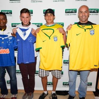 Ganhadores do sorteio das camisas oficiais Seleção Brasileira e Curzeiro. Da esquerda para a direita: Maurice Gosby; Bruno Wesley, Gil Soares e Luis Marin