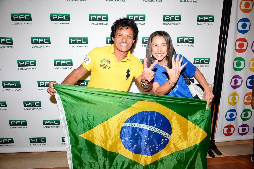 Ganhadores da passagem para o Brasil e ingresso para assistir a um jogo da última rodada do Brasileirão. Da esquerda para a direita: Gilvan da Silva, Iolanda Monteiro.