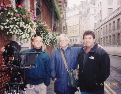 Phydias (ao centro) com sua equipe em Londres, 1999 3.37.43 PM